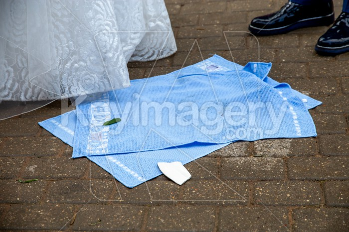 Newlyweds, towels and broken plate pieces Photo #61738