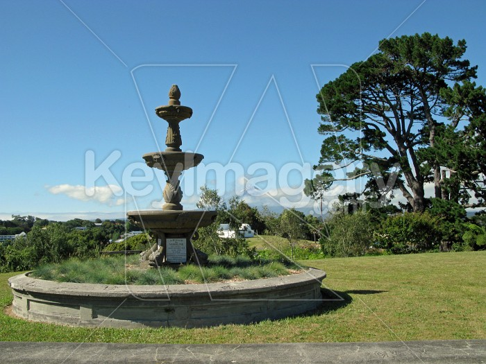 Fountain into garden Photo #7187