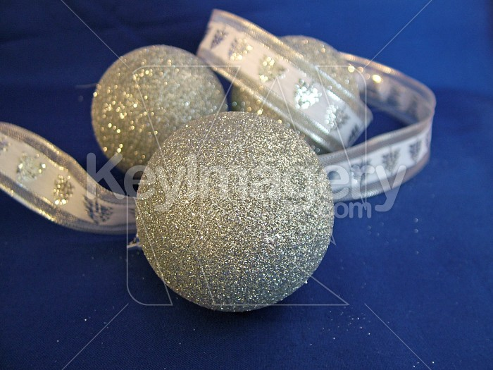 silver balls and ribbon Photo #4587